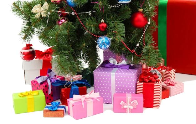 Украшенная елка с подарками, изолированные на белом фоне