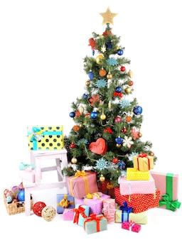 白で隔離の贈り物で飾られたクリスマスツリー