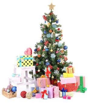 Украшенная рождественская елка с подарками, изолированными на белом