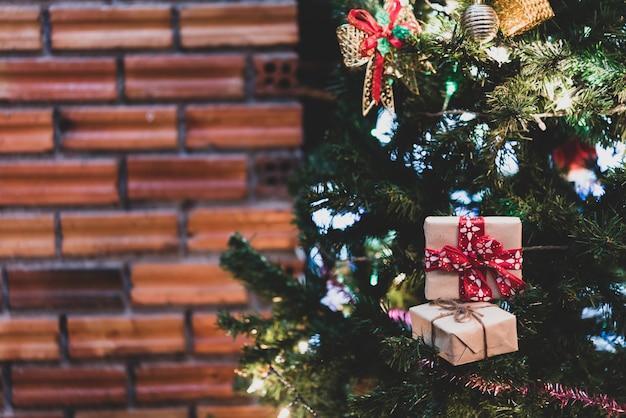 Sata, 싸구려 및 선물 상자, 크리스마스 배경으로 장식 된 크리스마스 트리