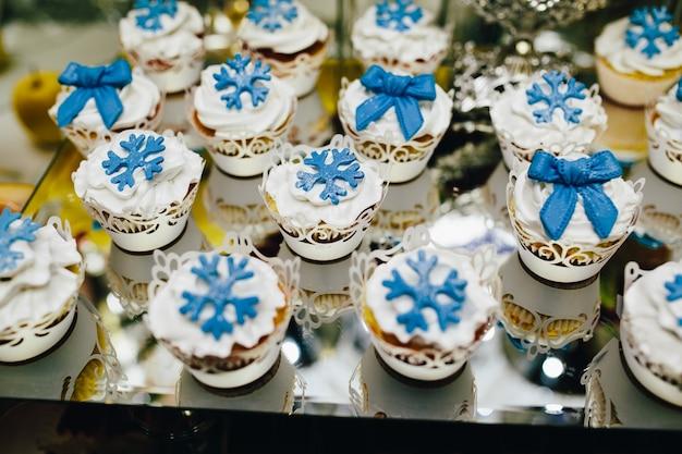 結婚式のための装飾が施さカップケーキ