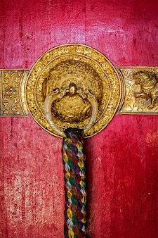 티벳 불교 수도원의 문 손잡이 장식