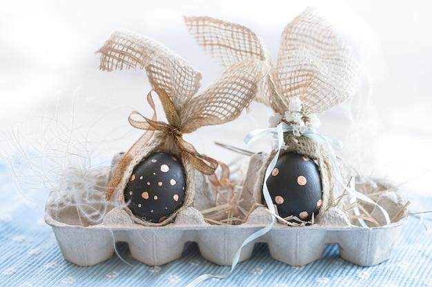 Украшенные пасхальные яйца черного цвета с рисунком.