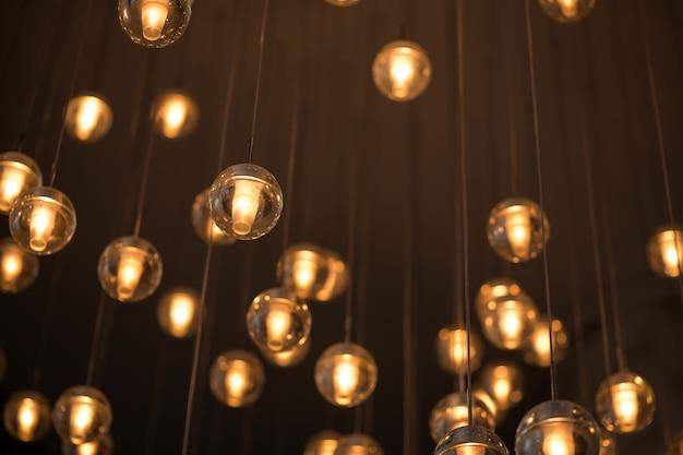 電球の白と黄色の光で照明するための装飾された電気花輪