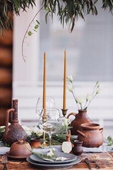 キャンドルで飾られたお祝いのテーブル
