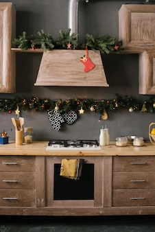家のクリスマスと新年の木製キッチン用に装飾