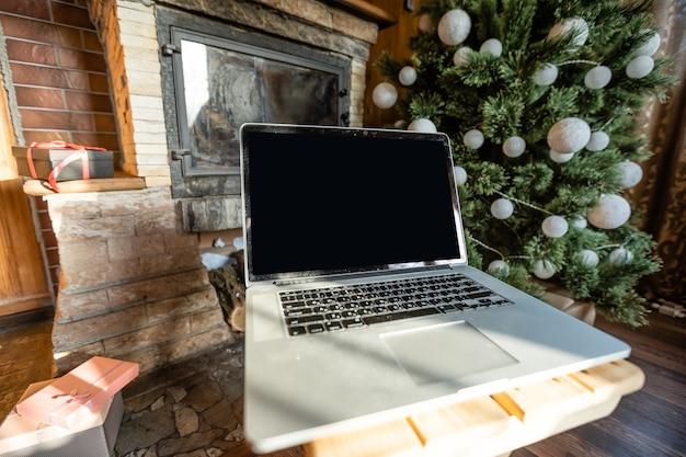 새해 방으로 장식된 오래된 목조 주택에 작은 선물 상자가 있는 노트북 없음