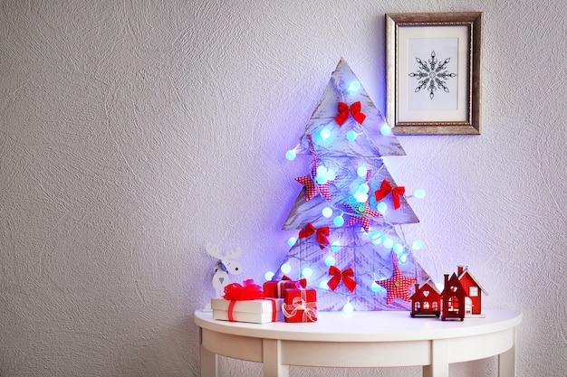 흰색 표면 테이블에 장식된 수제 크리스마스 트리