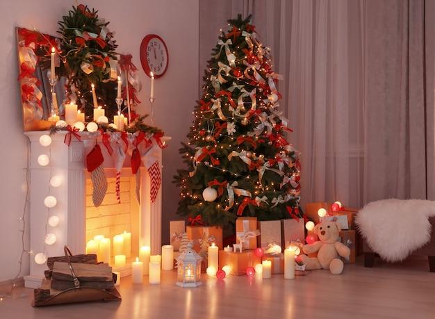 美しいクリスマスツリーで飾られたリビングルーム