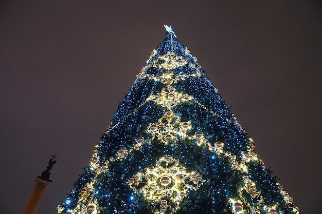 サンクトペテルブルクの宮殿広場、エルミタージュの隣にある装飾された新年のツリー Premium写真