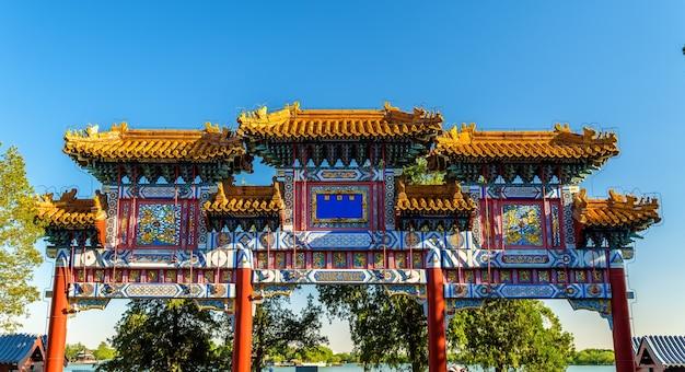 Украшенный пайфан в летнем дворце пекина - китай