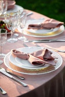 냅킨으로 장식 된 분홍색 연회 테이블 세트
