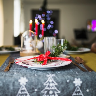 Украшенная тарелка на рождественской скатерти
