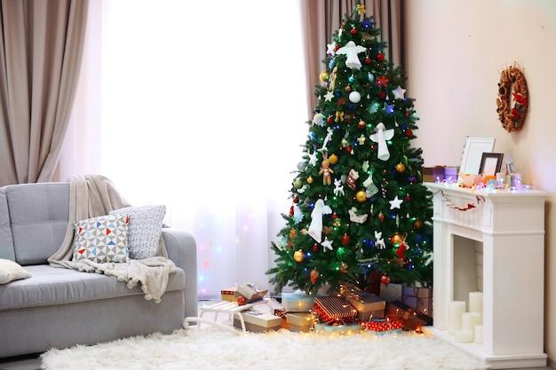 クリスマスツリーとその下のプレゼントで飾られた部屋