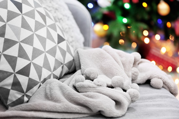クリスマスツリーとソファのある装飾された部屋、クローズアップ、ぼやけた