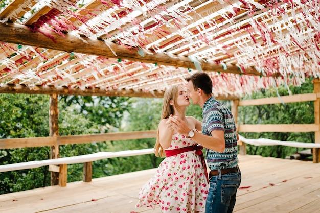 Декорированный шалаш, палатки, палатка, тент, навес, сцена, красный, декор бумага белая, конфетти. танцевать. свадьба. беременная женщина, объятия мужа, поцелуи. круглый живот. природа, парк, лес, гора стильно