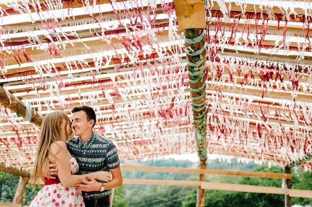 Украшенные шалаш палатки тент навес сцена красный белый декор бумажное конфетти