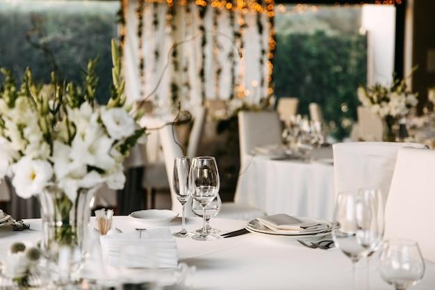 レストランで装飾されたテーブル