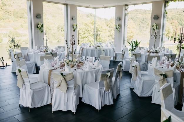レストランでの結婚式で明るい色調で装飾されたテーブル