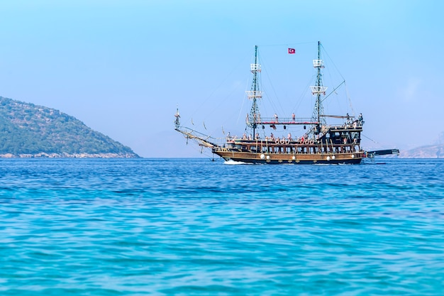 Украшенные туристические лодки в море недалеко от бодрума, турция. морская прогулка в летний отпуск.