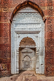 クトゥブコンプレックスの装飾が施された壁。インド、デリー
