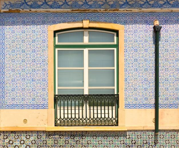 バルコニー付きの装飾された窓のクローズアップ