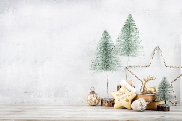 Украшенный фоном украшения елки. концепция празднования в канун нового года.