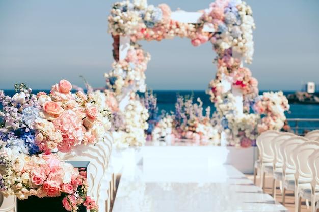 花で飾られた結婚式とアーチ道を出る