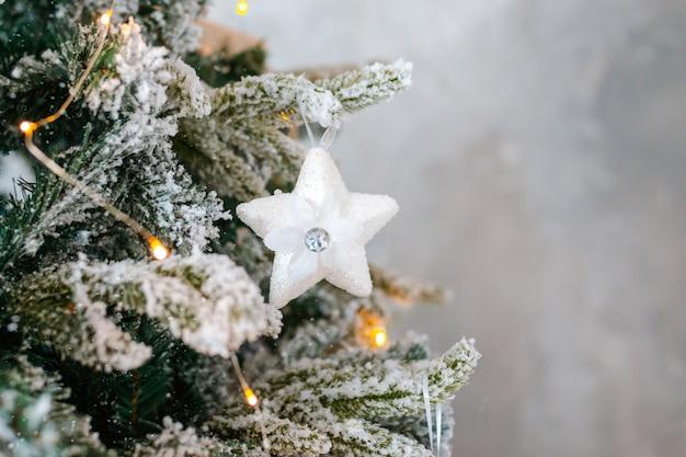눈 덮인 크리스마스 트리 클로즈업으로 장식되어 있습니다.