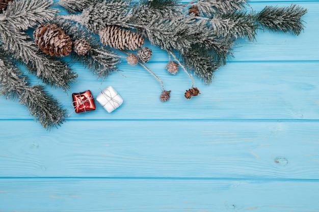 クリスマスツリーの枝で飾られた木製の背景