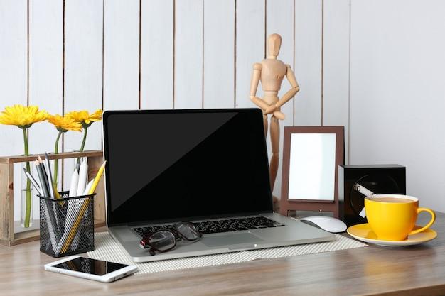 현대적인 객실에서 노트북으로 작업장 장식