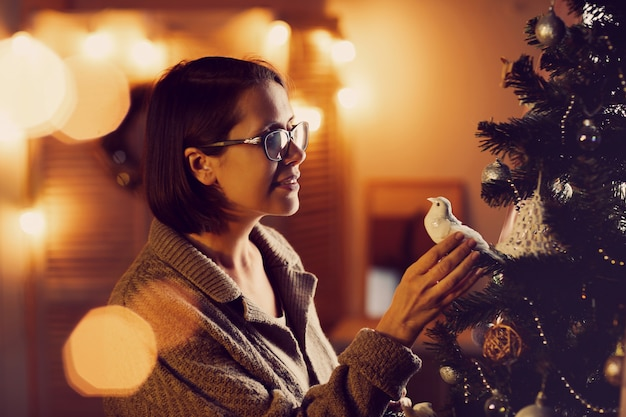 休日のクリスマスツリーを飾る