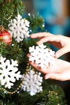 明るい背景にクリスマスツリーを飾る