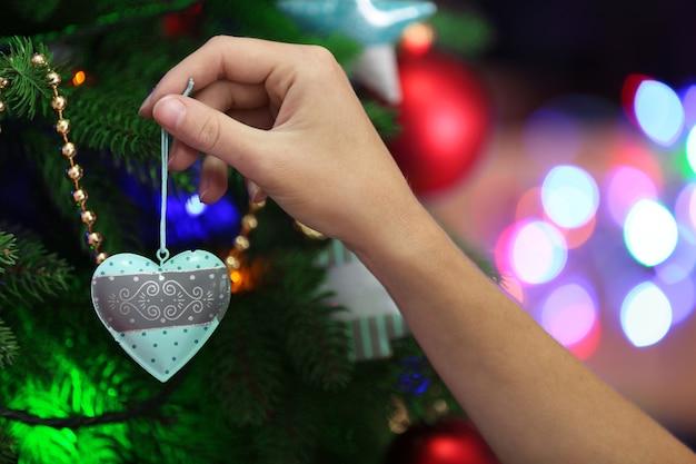 明るい表面にクリスマスツリーを飾る