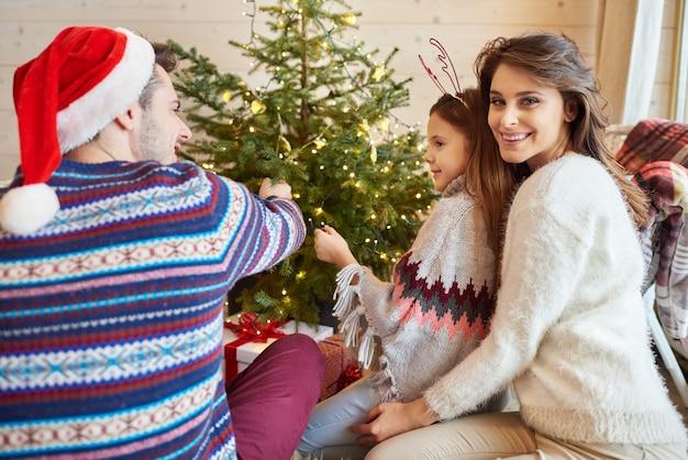 両親と一緒にクリスマスツリーを飾る