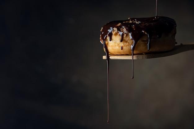 Украшаем пончик растопленным шоколадом