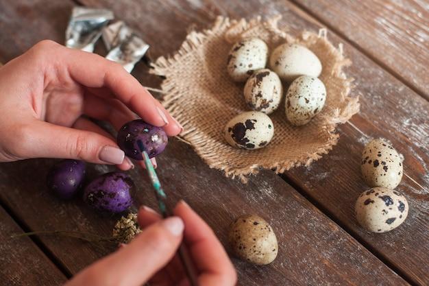 イースター休暇のために卵を飾る
