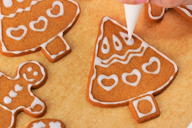 Decorating gingerbread cookies with in icing bag