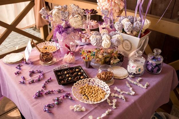 お祝いのテーブルを飾る。テーブルは紫色のテーブルクロスで飾られています。
