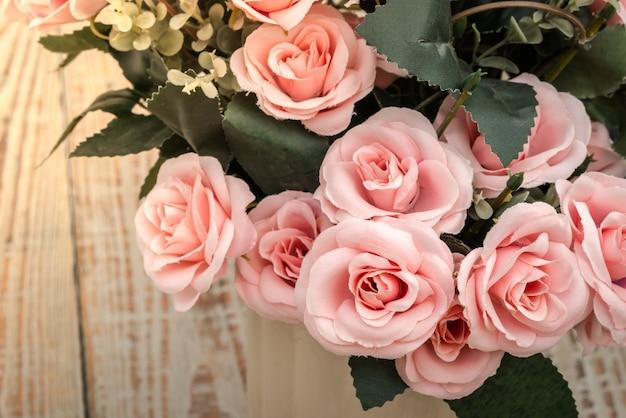 Украшение искусственный цветок на столе (фильтрованное изображение обрабатывается