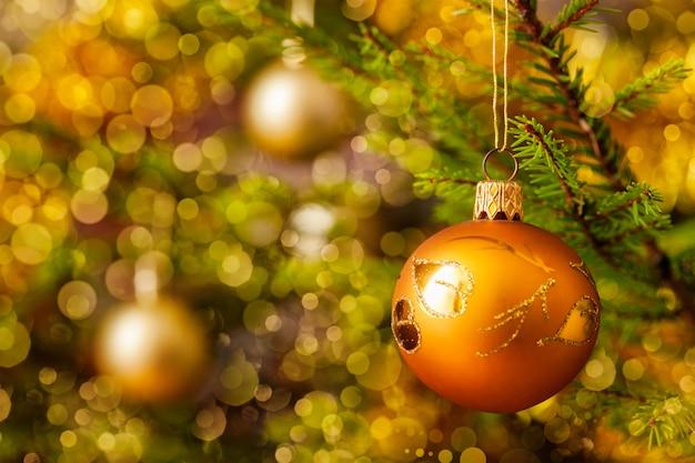飾られたクリスマスツリーの背景に装飾安物の宝石