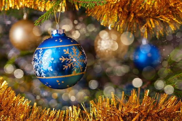飾られたクリスマスツリーの装飾安物の宝石