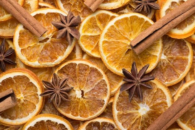 장식 구성 패턴 벽지. 크리스마스 분위기. 오버헤드 뷰 위에 말린 오렌지 아니스와 계피 스틱 나무 배경의 클로즈업 평면 사진