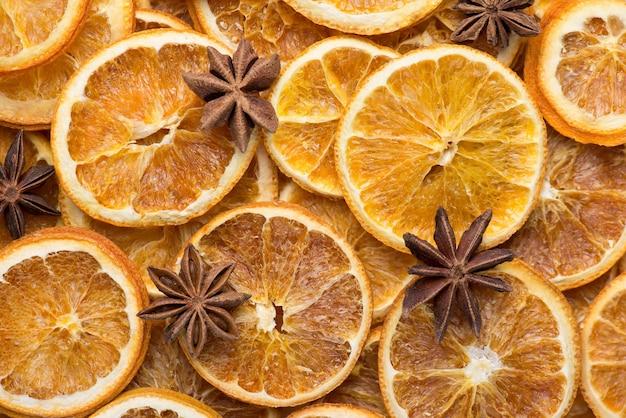 装飾コンセプト。クリスマスの雰囲気。俯瞰図の上の上部乾燥したオレンジとアニスの背景のクローズアップフラットレイ写真