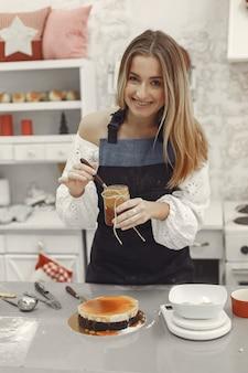 Decorazione del dolce finito. il concetto di pasticceria fatta in casa, cucinare torte.