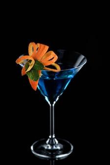 Украшение для коктейля из апельсина и мяты элегантная и оригинальная подача martini blue curacao