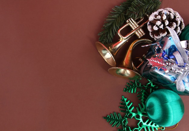 茶色の背景を持つクリスマスの装飾。