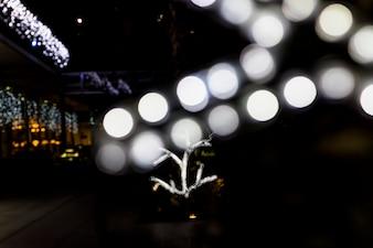 Украшение боке светящегося света на открытом воздухе