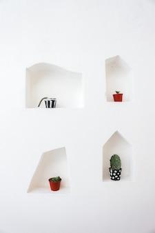 흰 벽에 고립 된 선인장의 장식