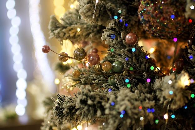 クリスマスツリーの装飾。お祭りのコンセプト。